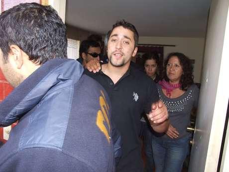 <p>Emilio Berkhoff el día que fue detenido para reingresar a la cárcel. Atrás su madre, Elisa Jerez.</p>