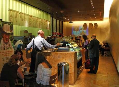 Com dezenas de estabelecimentos espalhados por Bogotá, o Café Juan Valdez serve café de qualidade; nos últimos anos ganhou o mundo com filiais na Espanha, nos Estados Unidos e na América Latina