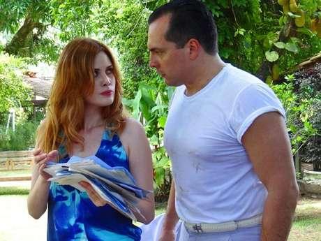 <p>Ao lado de Nenê, Veruska encontra recibos que provam os empréstimos de Otávio a Vitório</p>
