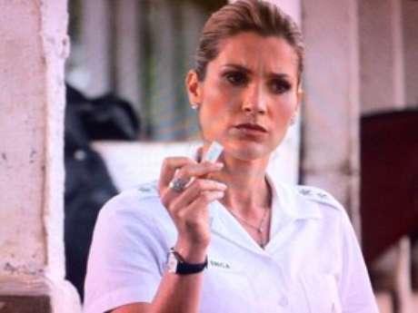 <p>Érica fica desconfiada ao encontrar a prova, pois acredita na honestidade do ex</p>