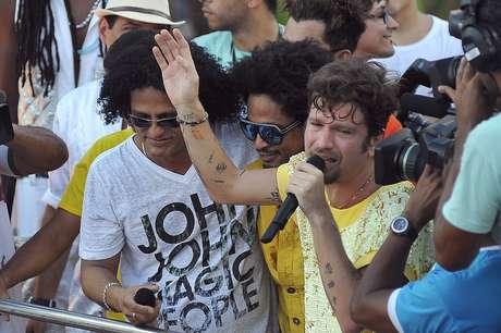 <p>Uma homenagem orquestrada por fãs do cantor Saulo Fernandes nas redes sociais levou o cantor às lágrimas na tarde desta terça-feira (12). O público combinou de levar cartazes brancos com o nome do cantor para o seu desfile final à frente da Banda Eva, no circuito Campo Grande</p>
