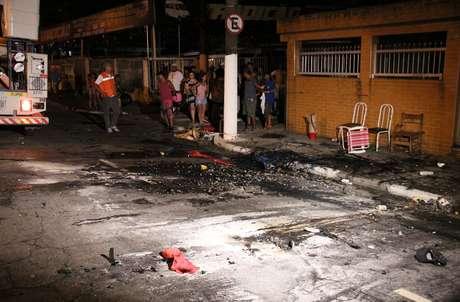 <p>No Carnaval de Santos, um dos carros alegóricos da escola Sangue Jovem pegou fogo e suspendeu o restante dos desfiles na cidade; após choque do carro da escola com a rede elétrica, três pessoas que empurravam o veículo morreram na hora; uma quarta pessoa foi socorrida, mas também morreu</p>
