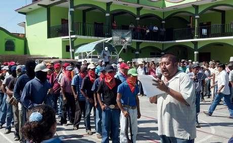 <p>El alcalde Fredy Gil Pineda Gopar encabezó la formación del cuerpo comunitario en un acto de desobediencia a las instituciones estatales y federales ante los presuntos abusos del Ejército y la Policía Estatal, así como el incremento de la inseguridad en la región.</p>