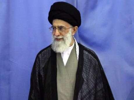 <p>El ayatolá Seyyed Alí Hoseiní Jameneí es el líder supremo de Irán, la cabeza de la clase dirigente clerical conservadora islámica de su país y fuente de emulación del chiismo duodecimano.</p>