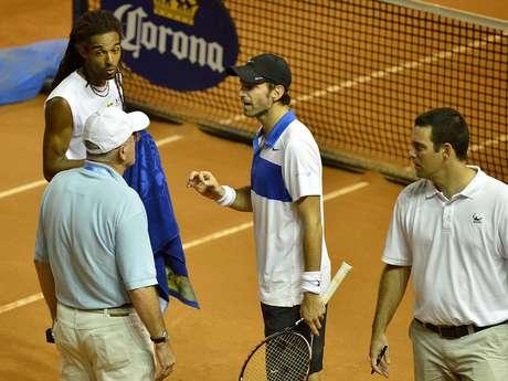 <p>Dustin Brown e Christopher Kas reclamaram da quadra do Brasil Open e foram punidos durante jogo de duplas</p>