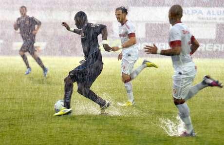<p>Chuva intensa prejudicou muito a qualidade do jogo, principalmente no primeiro tempo</p>