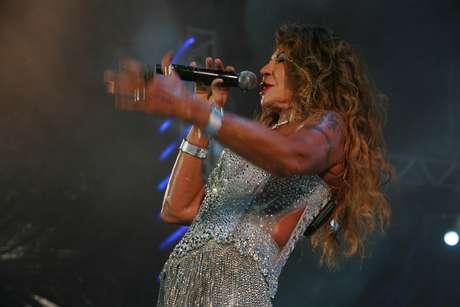 Cantora ficou encabulada com o furo em seu vestido durante o show