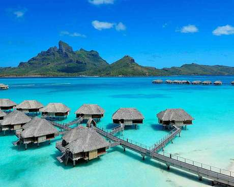 <p><strong>25. St. Regis Bora Bora, Polinésia Francesa:</strong>suítes exclusivas e espaçosas num dos lugares mais bonitos do Pacífico sul, conforto e serviço de alto nível ajudam a criar uma viagem inesquecível para os hóspedes do St. Regis Bora Bora, na Polinésia Francesa. O hotel tem um spa especializado em tratamentos a base de produtos locais, três restaurantes e um bar à beira da piscina</p>