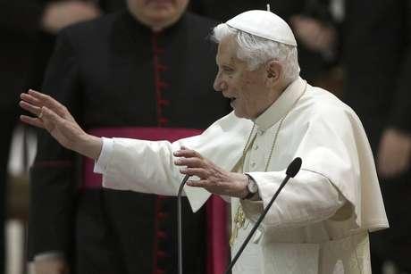 El papa Benedicto XVI imparte su bendición en el Vaticano el 14 de febrero del 2013. Por segundo día, Benedicto envió un mensaje a su sucesor y a los cardenales que lo elegirán sobre la dirección que debe seguir la Iglesia católica después de su retiro. Aunque estas declaraciones fueron claramente consideradas el canto del cisne de Benedicto antes de retirarse, la influencia que seguirá ejerciendo en el futuro es objeto de intenso debate