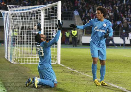 <p>Ao lado do meia belga Witsel, Hulk comemora o golaço marcado contra o Liverpool</p>