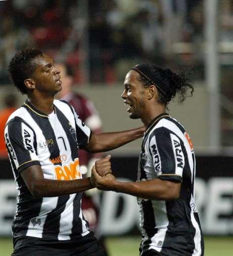 Jô felicita Ronaldinho, a grande estrela da noite em Belo Horizonte
