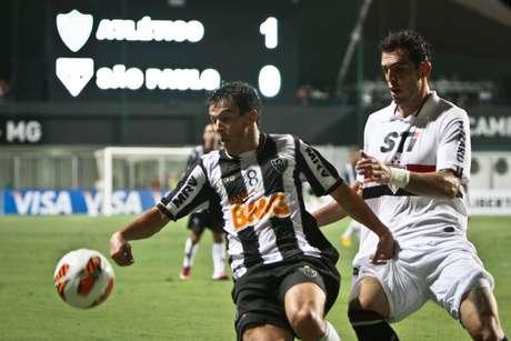 Leandro Donizete protege bola da presença de Rhodolfo, o destaque negativo pelo lado do São Paulo
