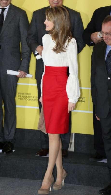 <p>Con este look la princesa deslumbró entre todos los asistentes por su acertado atuendo. Una falda de corte lápiz en rojo pasión que combinó con una blusa blanca de manga larga.</p>