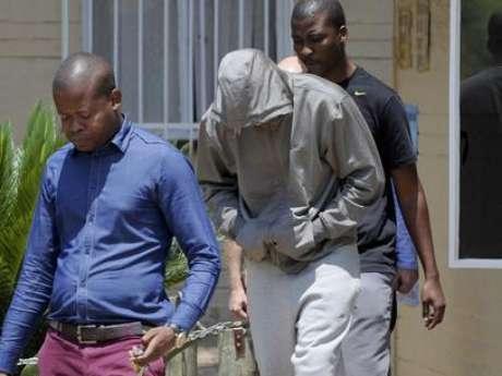 <p>Pistorius deixa delegacia sul-africana escondendo o rosto nesta quinta-feira</p>