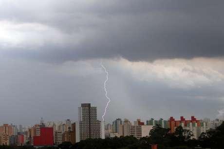 <p>Nuvens carregadas na região central da cidade de São Paulo, na tarde desta quinta-feira</p>