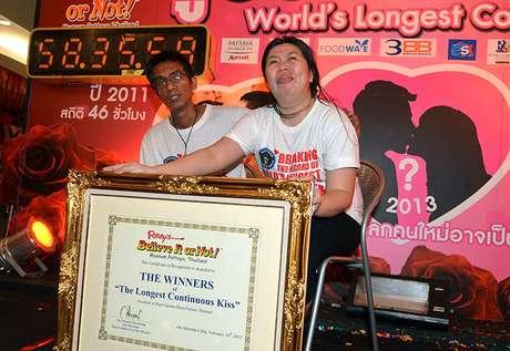 <p>Ekkachai y Laksana Tiranarat derrotaron a los vencedores del año pasado y titulares del récord anterior (50 horas 25 minutos y un segundo), una pareja gay que esta vez desistió solamente dos minutos antes que ellos.</p>