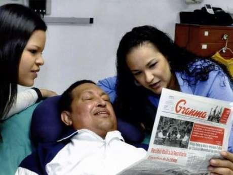 <p>Chávez com as filhas, na primeira imagem divulgada depois de sua quarta cirugia em Cuba</p>