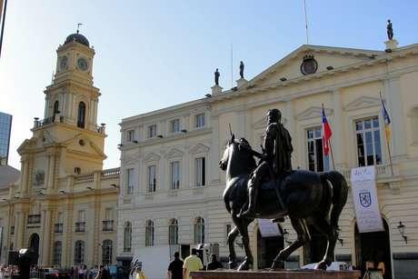 O Museu Histórico Nacional (esq.) apresenta o principal acervo sobre a história do país; ao lado, edifício da prefeitura de Santiago e estátua de Pedro de Valdívia