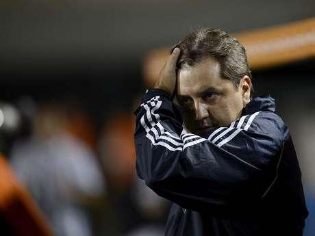 <p>Técnico faz mistério sobre possível volta de meia chileno para clássico contra Corinthians</p>