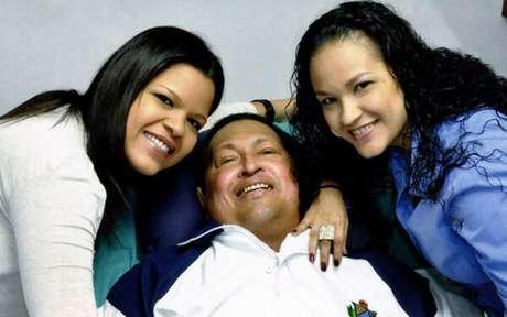 <p>Última imagem divulgada pelo governo da Venezuela, Hugo Chávez,em que aparece rindo, deitado numa cama, acompanhado das filhas</p>