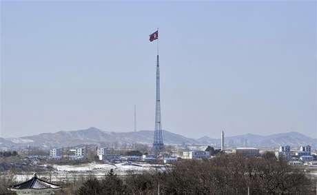 Una bandera norcoreana en el poblado de Gijeongdong, feb 15 2013. Corea del Norte le dijo a China, su principal aliado, que está preparada para realizar una o incluso dos pruebas nucleares más este año, en un intento por forzar a Estados Unidos a sostener conversaciones diplomáticas con Pyongyang, dijo una fuente con conocimiento directo del mensaje.