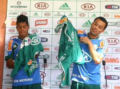 <p>Leandro e Léo Gago foram apresentados pelo Palmeiras</p>