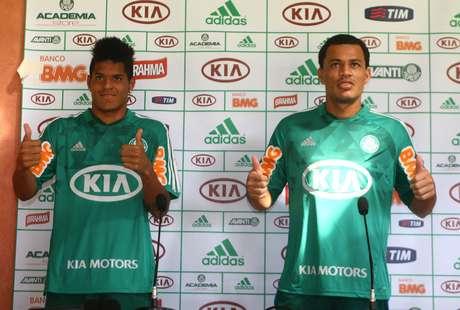O Palmeiras apresentou o atacante Leandro e o meio-campista Léo Gago, que vieram como parte da negociação de Hernán Barcos com o Grêmio