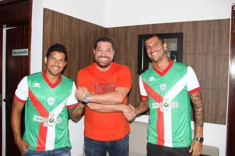 <p>Rico (à esquerda) foi apresentado pelo novo clube com o companheiro Renan Marques</p>