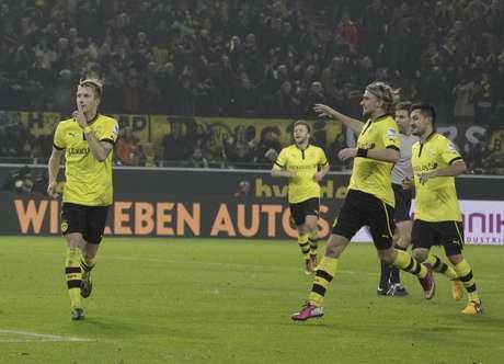 El jugador de Borussia Dortmund, Marco Reus, izquierda, festeja un gol contra Francfort en la Bundesliga el sábado, 16 de febrero de 2013, en Dortmund, Alemania.