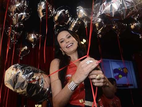"""<p>""""Estou curtindo ser famosa, antes eu era só rica, agora tenho status de celebridade"""", brincou Cozete Gomes no Desfile das Campeãs de São Paulo nesta sexta-feira (15)</p>"""