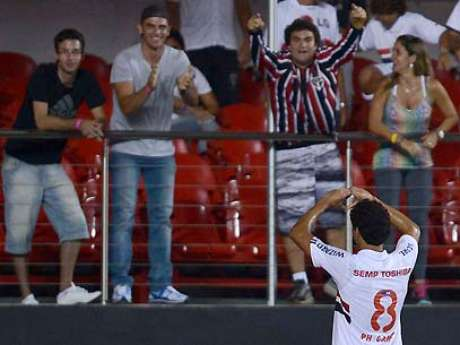 <p>Ganso comemoragol da vitória diante do Ituano; meia volta a ter chances como titular de Ney Franco</p>