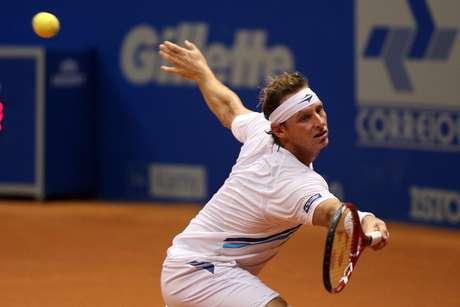 <p>Nalbandian salva bola durante semifinal do Brasil Open</p>