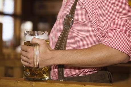 <p>O estudo teria sido encomendado pela indústria de bebidas e afirma que beber cerveja pode fazer bem à saúde</p>