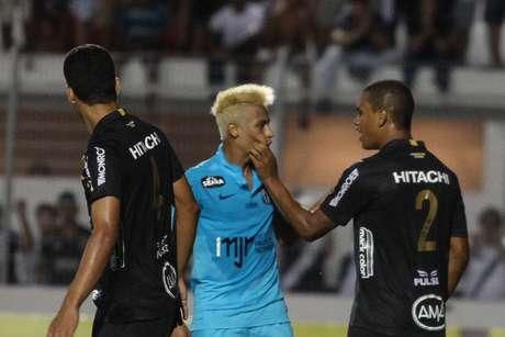 <p>Neymar discute com Arthur antes da expulsão</p>