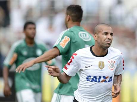 <p>Emerson fez o primeiro do Corinthians, que dominou o começo do clássico</p>