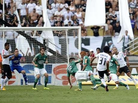 Romarinho recebeu passe de Alexandro Pato e, de chapa, acertou o chute para o segundo gol corintiano