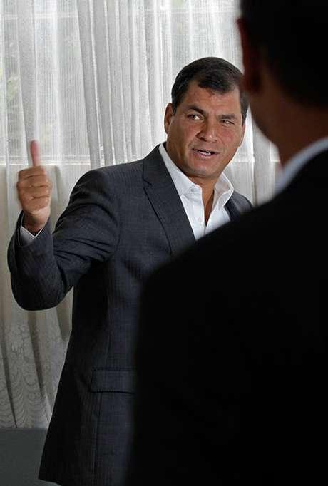 <p>Un sondeo de la firma privada Opinión Pública señaló que el mandatario socialista obtuvo 61% de los sufragios contra 21% del banquero Guillermo Lasso. A su vez, Cedatos-Gallup estableció que Correa logró un 61,5% de los votos frente a 20,9% de Lasso.</p>