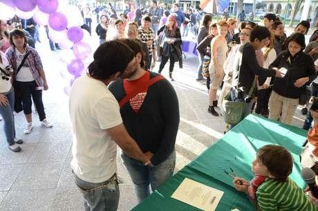 """Alrededor de 80 parejas del mismo sexo acudieron al evento denominado """"Acepto""""."""