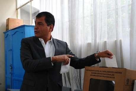 <p>Los ecuatorianos acuden a las urnas este domingo para elegir presidente y miembros de la Asamblea Nacional. Ocho candidatos, entre ellos el actual presidente, Rafael Correa, esperan contar con el apoyo popular.</p>