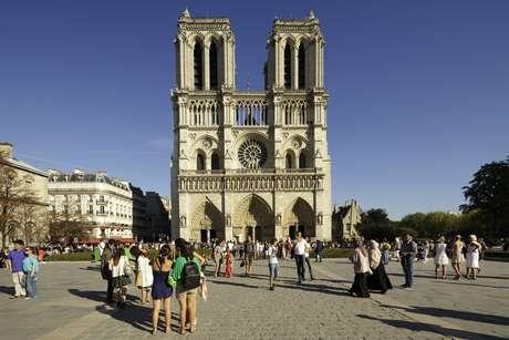 <p><strong>Catedral de Notre Dame: </strong>situada sobre a Ile de la Cité, ilhota sobre o rio Sena, a Catedral de Notre Dame é um dos mais característicos cartões-postais de Paris. A beleza da impressionante arquitetura pode ser apreciada tanto do lado de fora quanto do lado de dentro, após fazer uma pequena fila nos dias mais agitados</p><p></p>