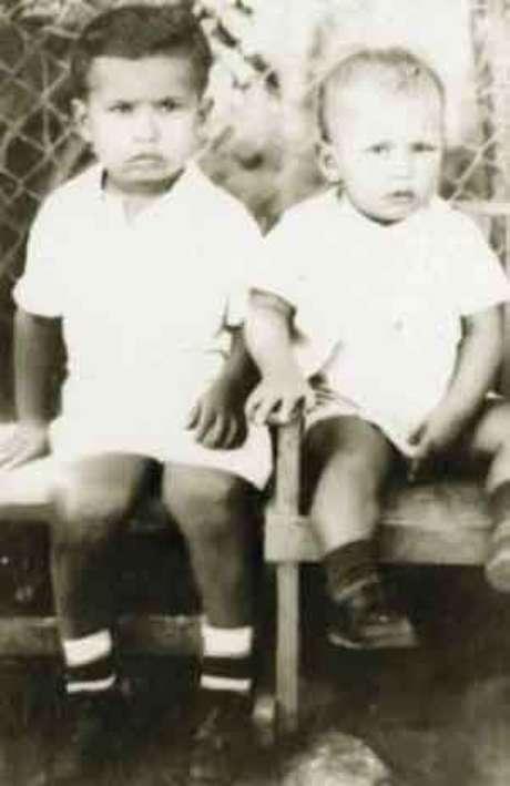 <p>El presidente de Venezuela, Hugo Chávez (D) y su hermano Adán en una foto de su infancia en su ciudad natal, Sabaneta, en el estado de Barinas.</p>