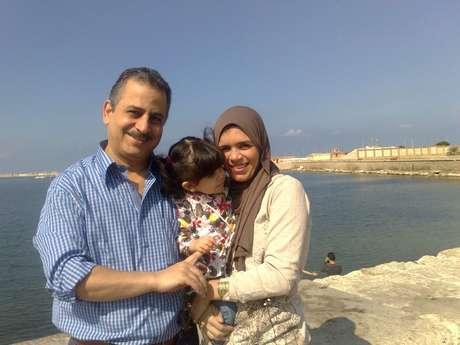 """<p>Elaine Magossi com o marido e a filha: """"A cultura aqui é diferente""""</p>"""