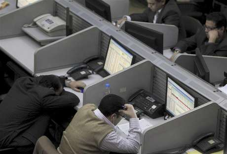 Traders work at the Egyptian stock exchange in Cairo January 22, 2013.