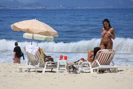 <p>O forte calor deixou movimentada a praia de Copacabana, na zona sul, nesta segunda-feira</p>