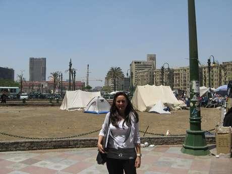 <p>Susy Sobrinho, 45 anos, em foto na praça Tahrir, em 2011; brasileira natural de Recife não pensa em deixar o Egito</p>