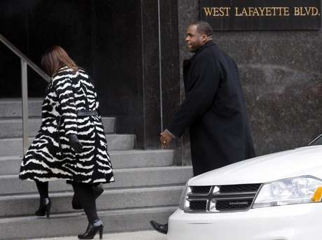 Former Detroit Mayor Kwame Kilpatrick and his wife Carlita enter the federal court house following a break in the closing arguments of his federal corruption trial in downtown Detroit, Michigan February 12, 2013.
