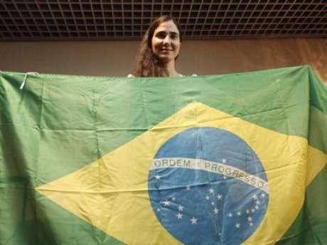 <p>Yoani posa com a bandeira brasileira</p>