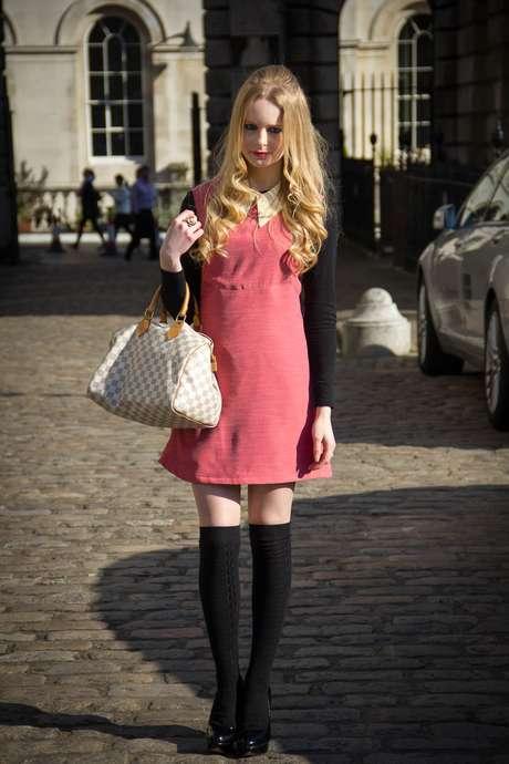 <p>O vestido rosa foi combinado com meia três-quartos de lã e salto alto</p>