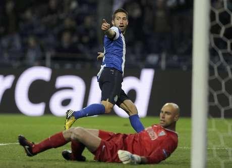 El jugador del Porto, Joao Moutinho, festeja un gol contra el Málaga en la Liga de Campeones el martes, 19 de febrero de 2013, en Porto, Portugal.