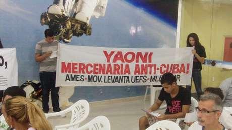 <p>Protestantes munidos de faixas e cartazes protestavam contra a vinda da blogueira ao Brasil e a favor do regime comunista cubano</p>